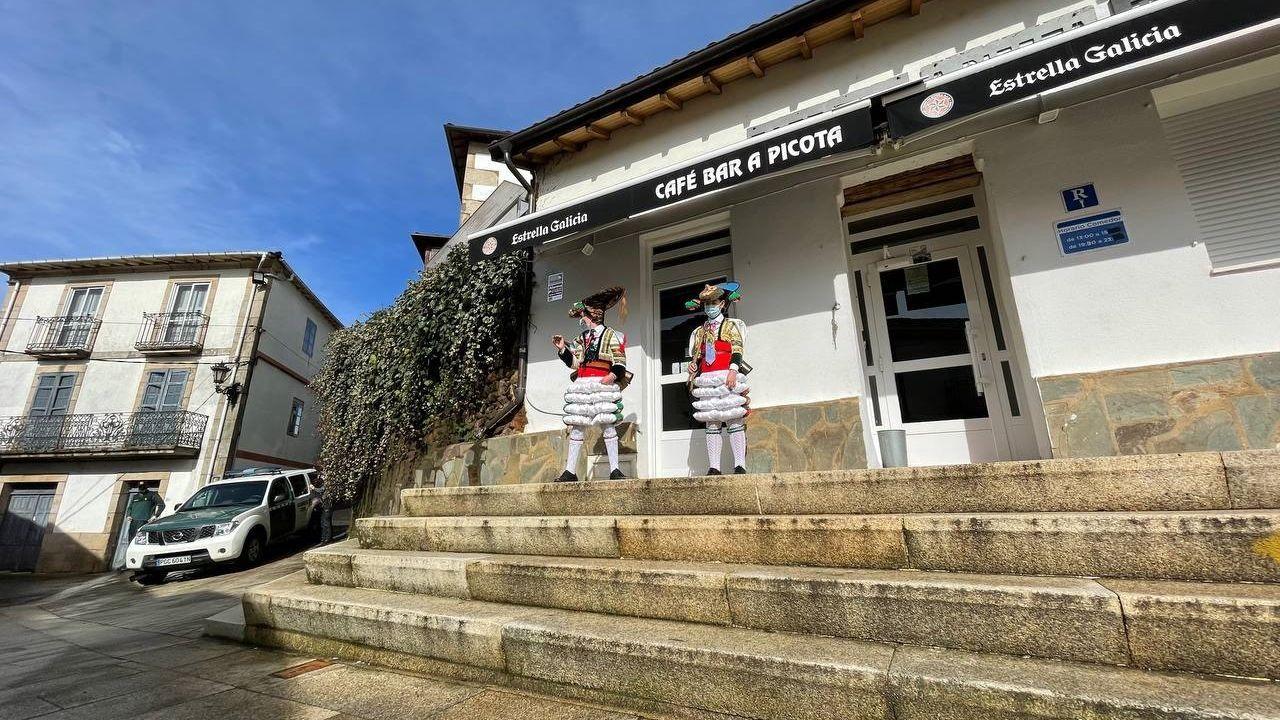 Galicia se echa a las terrazas en el primer fin de semana de la desescalada.Peliqueiros en Laza, con la vigilancia de la Guardia Civil