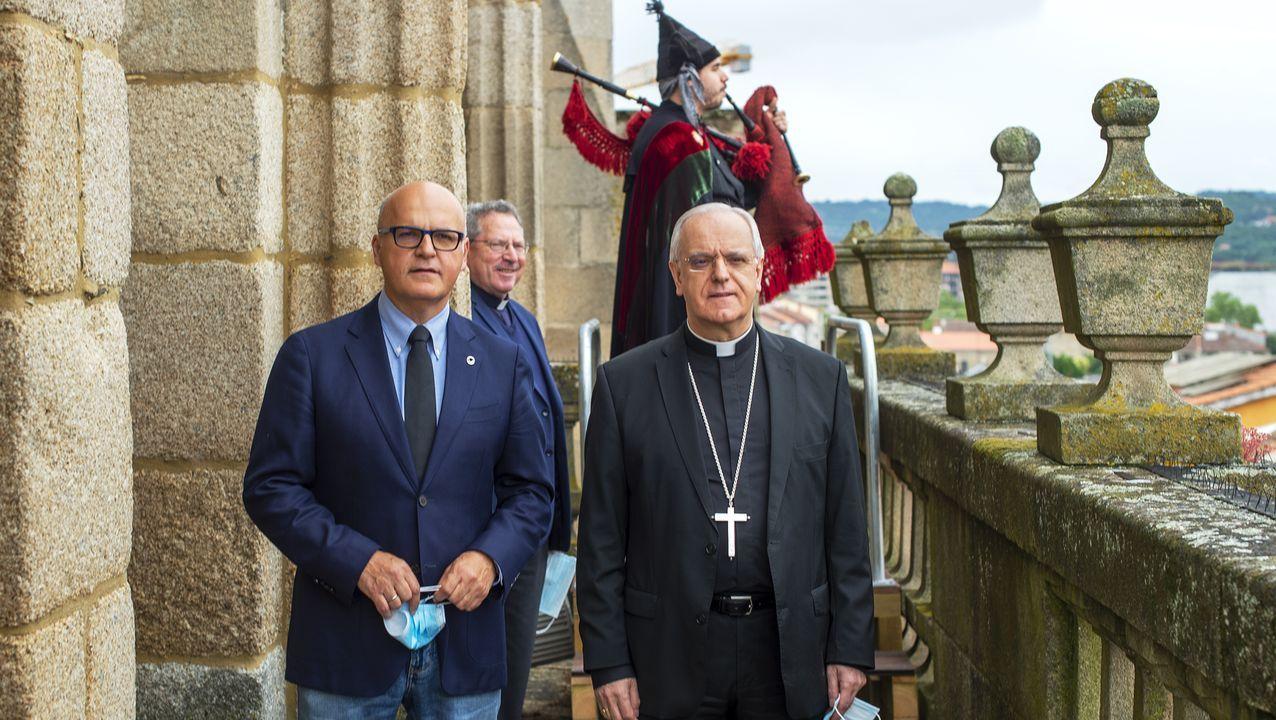 José Manuel Baltar, presidente de la Diputación, y Leonardo Lemos, obispo de Ourense, en la primera actuación en homenaje a los fallecidos por coronavirus