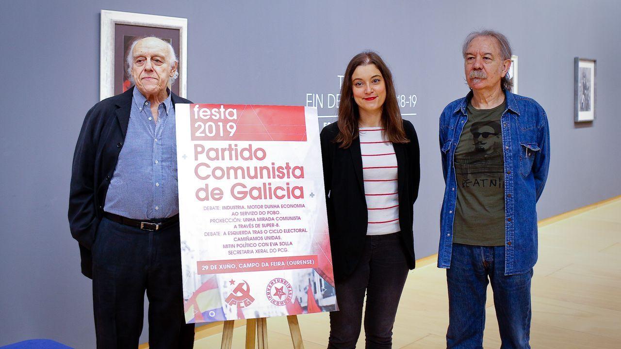 Estado en el que se encuentra la placa que recuerda a las mujeres fusiladas por el franquismo en Gijón, con la tierra removida en su base.En primer término, Enriqueta Ortega, Conchita Francos y Rosa Calvo. Detrás, Delfina y Manuel Blanco Fanjul y Rita Obaya.