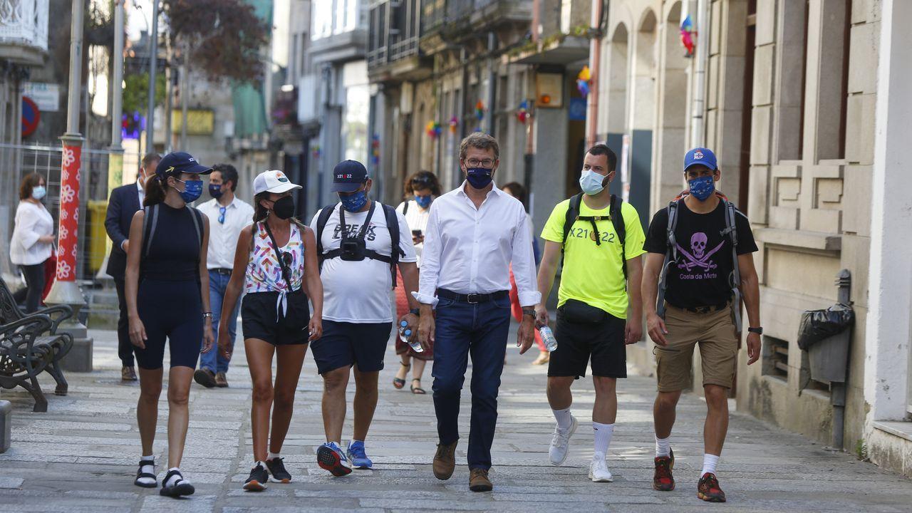 Los «instagramers» del Camino llegan a Caldas.Unas vallas impiden el paso de vehículos al centro de salud de Caldas, en el peatonal paseo de Román López