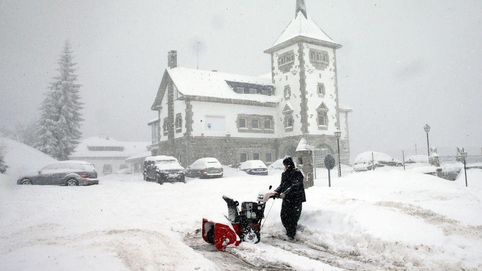 Aspecto de la N-630 nevada en el puerto de Pajares (Asturias).