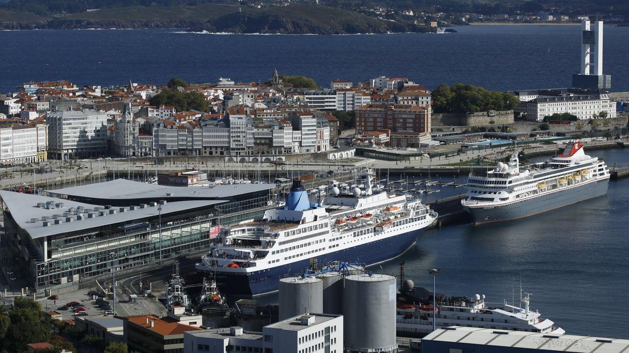 Dos cruceros, atracados en el muelle de Trasatlánticos de A Coruña.