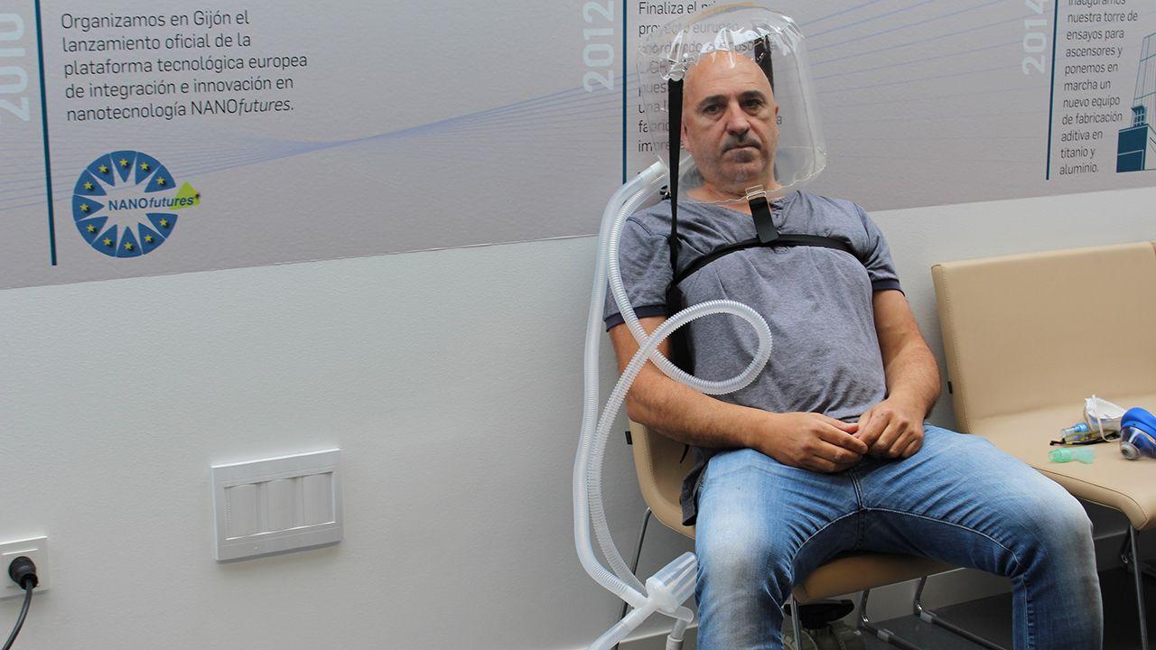 El médico Alberto Medina durante la prueba del casco CPAP