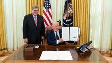 El fiscal general de Estados Unidos, William Barr, y Donald Trump, en el Despacho Oval de la Casa Blanca