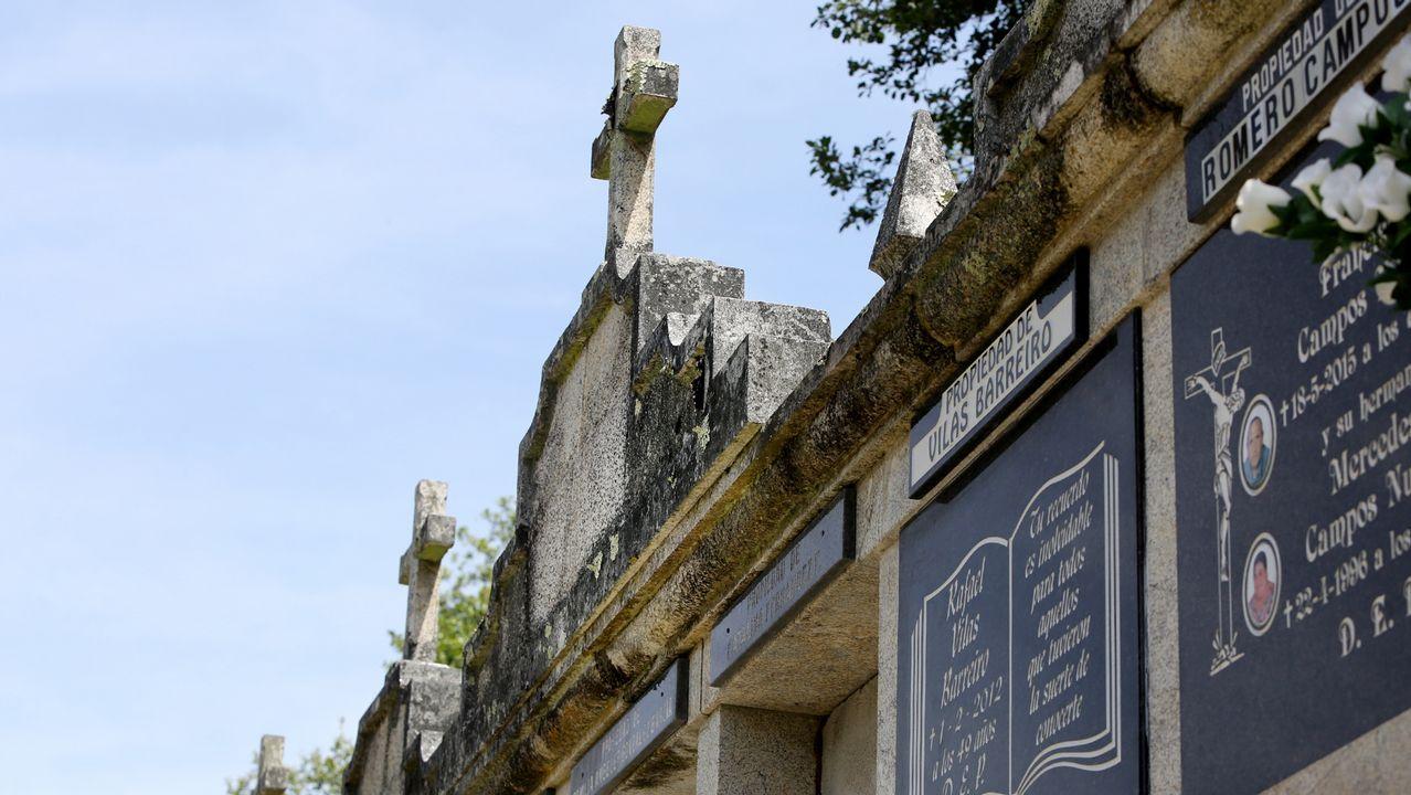 Las cruces que coronan los nichos en Darbo está desplazadas hacia delante