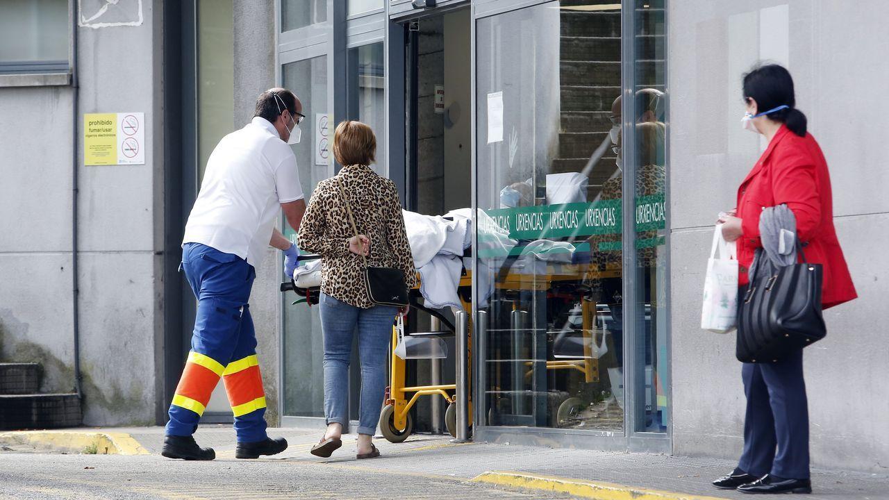Concentración en el hospital Provincial en defensa de la Sanidad Pública.Un sanitario sostiene una bolsa con una muestra para realizar un análisis PCR