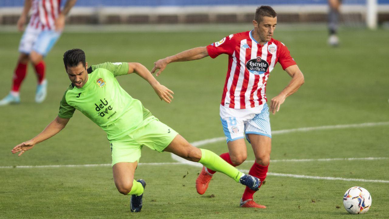 Fernando Seoane disputa un balón ante el Fuenlabrada