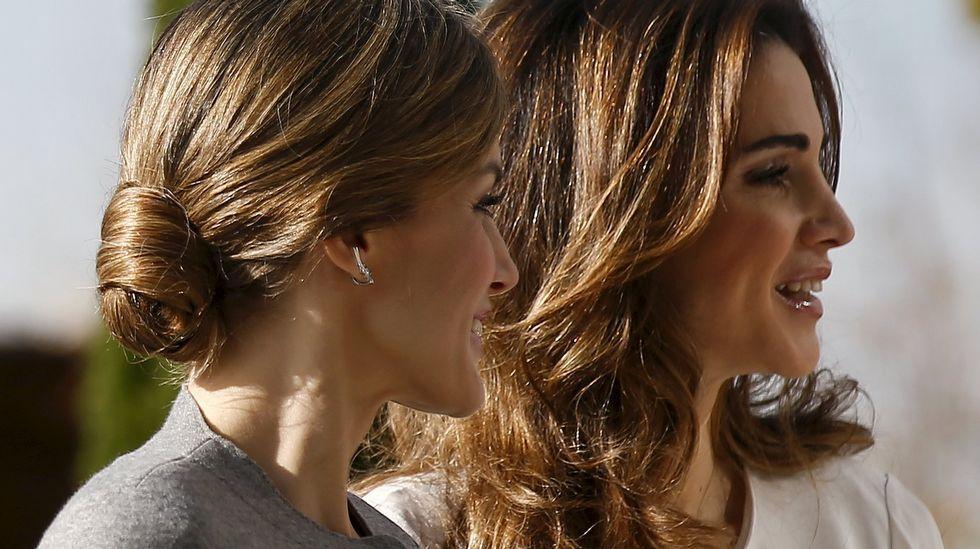 La reina Letizia optó hoy por un recogido mientras Rania llevaba el pelo suelto.