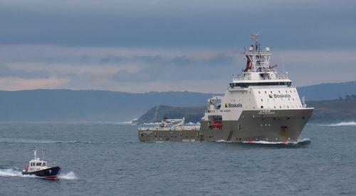 Uno de los remolcadores que participará en el reflotamiento del Blue Star