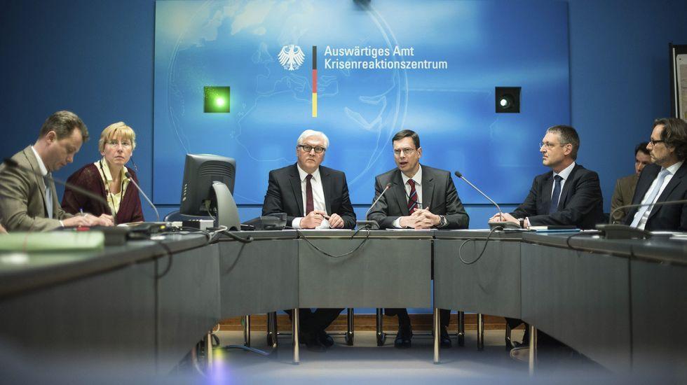 Comparecencia del ministro alemán de Exteriores, Frank-Walter Steinmeier, y el jefe del departamento de emergencias, Walter Hassman, comparecen ante los medios para ofrecer las últimas noticias del accidente