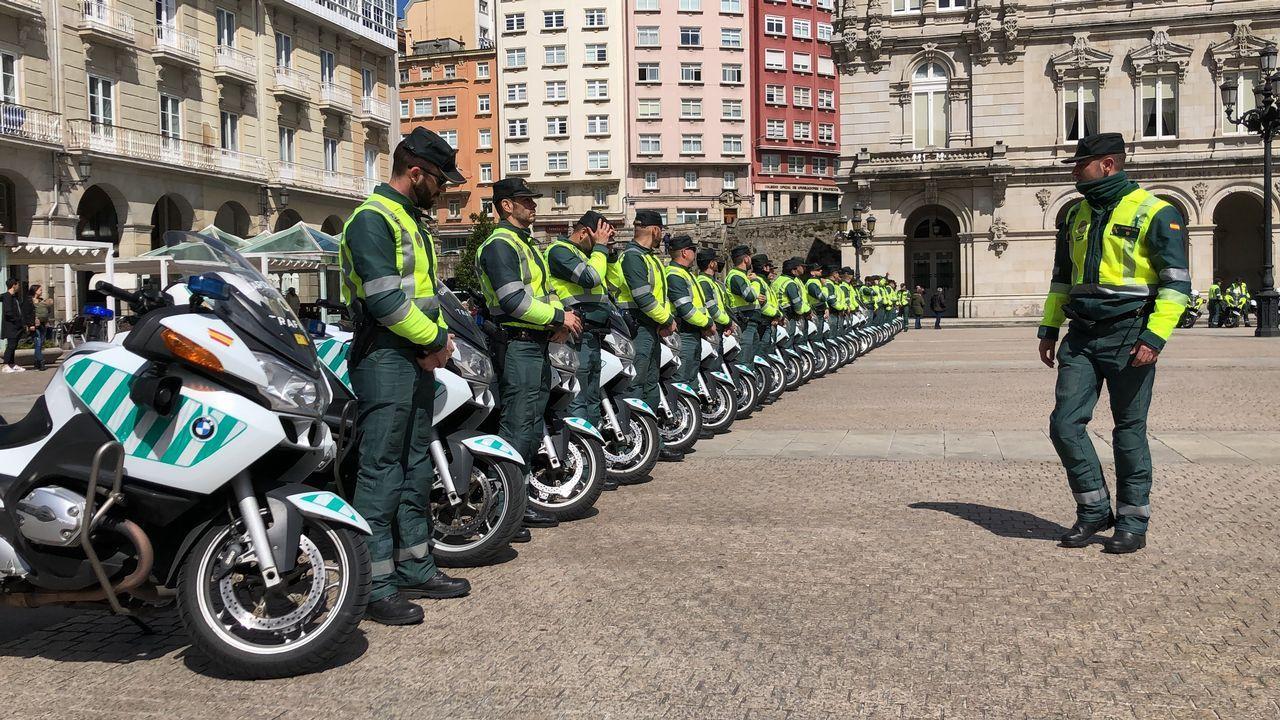 Motoristas de Tráfico toman la plaza de María Pita de A Coruña.Los controles de la Guardia Civil de Tráfico se incrementarán este verano