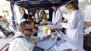 Medida de la tensión arterial en una campaña preventiva en Santiago, en foto de archivo