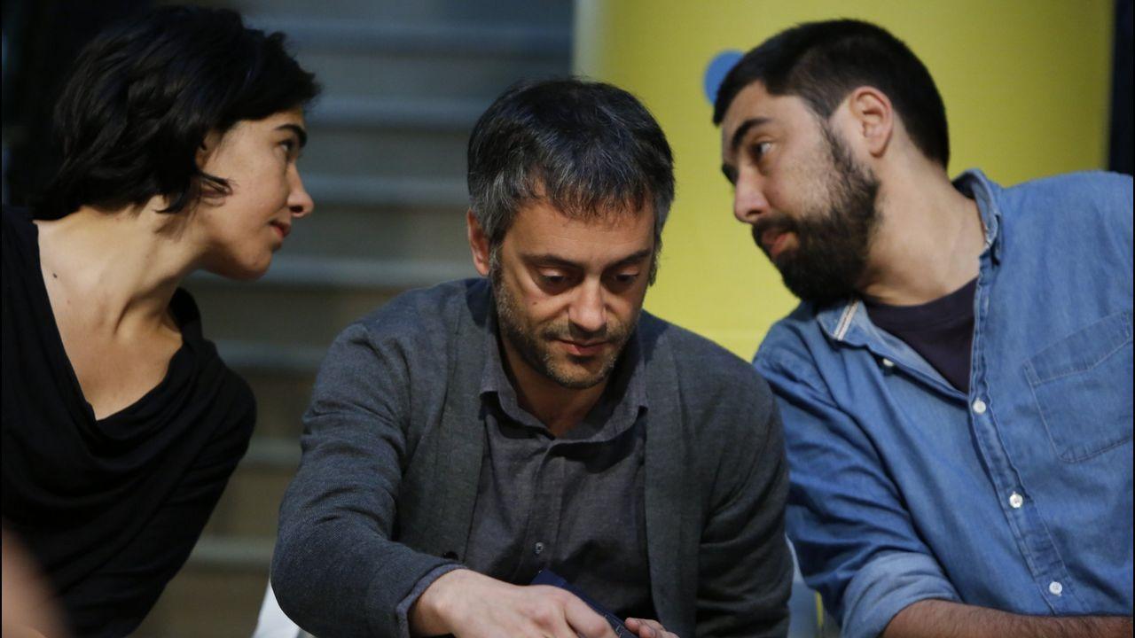 Xulio Ferreiro, en el centro, con los concejales Claudia Delso y Xiao Varela