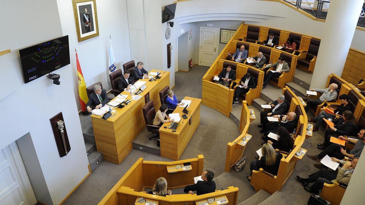 Abrazos con cara y cruz en las sedes del PSOE y Compostela Aberta.Celebraciones tras la moción de censura en Fene