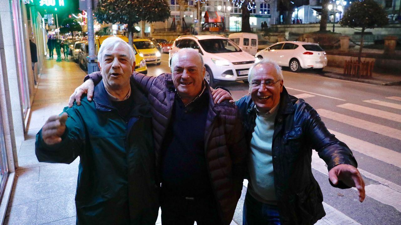 Los millones del Gordo ya se pasean por los concesionarios de Vilalba.Celebración del quinto premio en la administración de loterías A Faba de Ouro de Lourenzá.