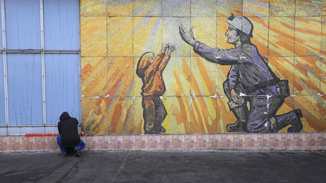 sol, calor, Gijón, playa, Asturias.Un hombre enciende velas en un monumento improvisado en la mina de carbón en Stonava, cerca de Karvina, República Checa.