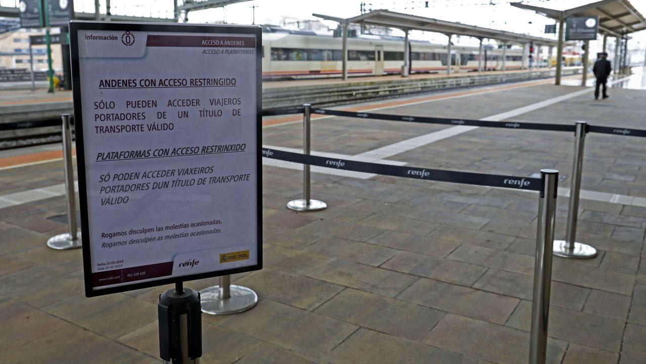 Aviso a los viajeros en la estación de Renfe de Santiago