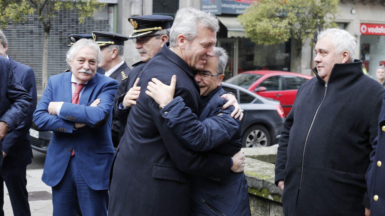 Rueda saluda afectuosamente a Luis Menor, que fue director xeral de Emerxencias pero dejó el cargo para optar a la alcaldía de Pereiro de Aguiar por el PP