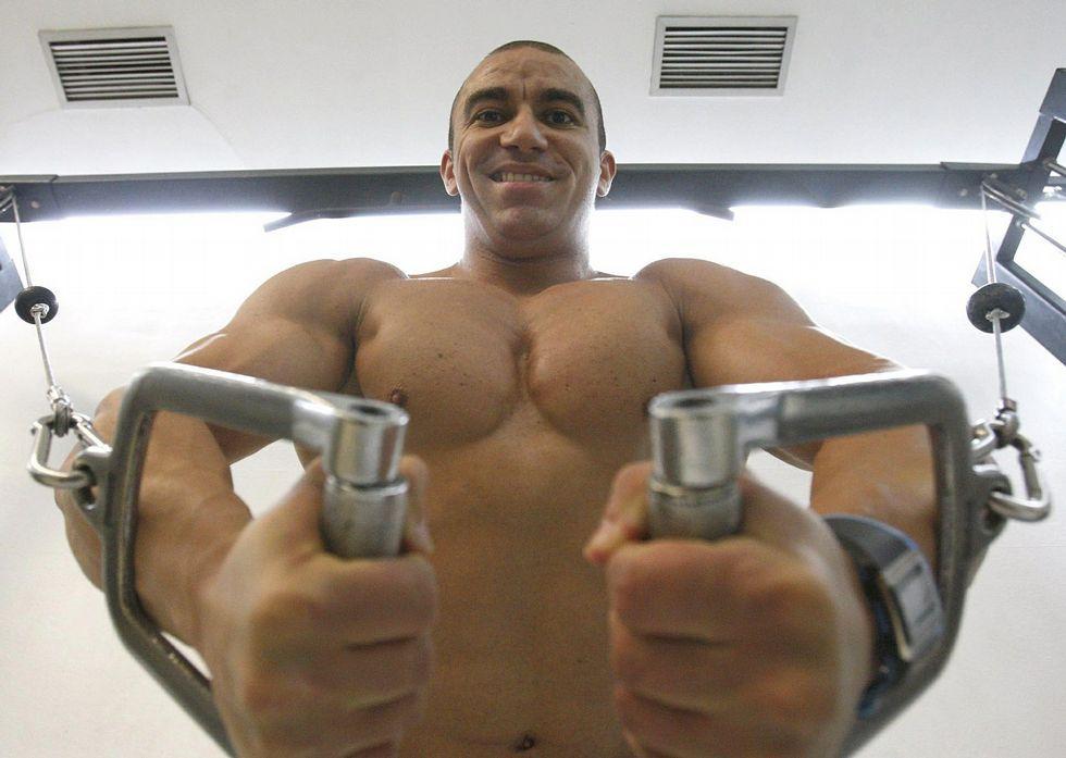 Julián es un hombre disciplinado en sus dos horas diarias de trabajo en el gimnasio.