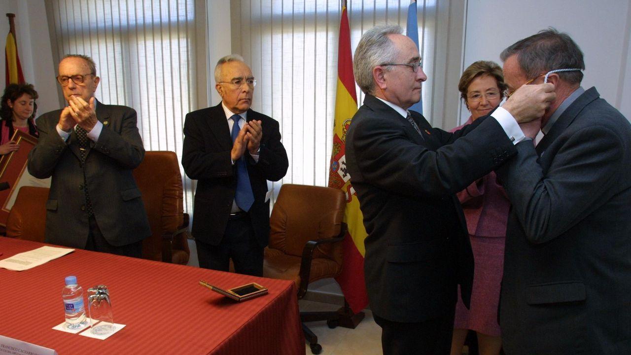 La vicepresidenta del Gobierno, Soraya de Sáenz de Santamaría (2i), y el presidente del Principado, Javier Fernández (i), entre otras autoridades, asistieron hoy a la toma de posesión del nuevo delegado del Gobierno en Asturias, Mariano Marín (3i).
