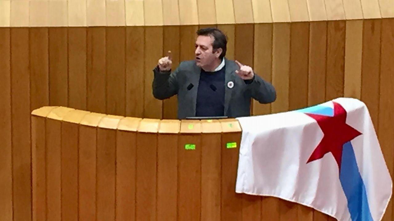 Un diputado del BNG rompe la foto del Rey al intervenir en la tribuna del Parlamento.Homenaje a Pepe Rubianes en Barcelona