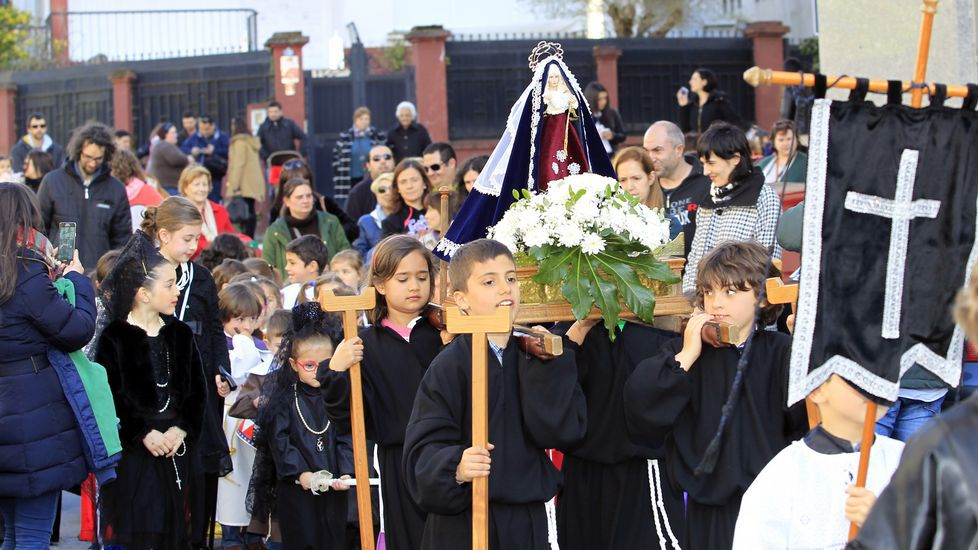 La increíble Semana Santa dos Nenos en Viveiro.Momento de la entrega del donativo de La Piedad a la asociación vecinal Camiño de Galdo.