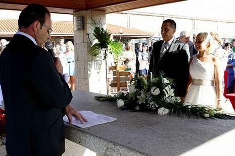 El alcalde de Malpica ofició la boda de Eduardo Rey y Sandra Cotelo.