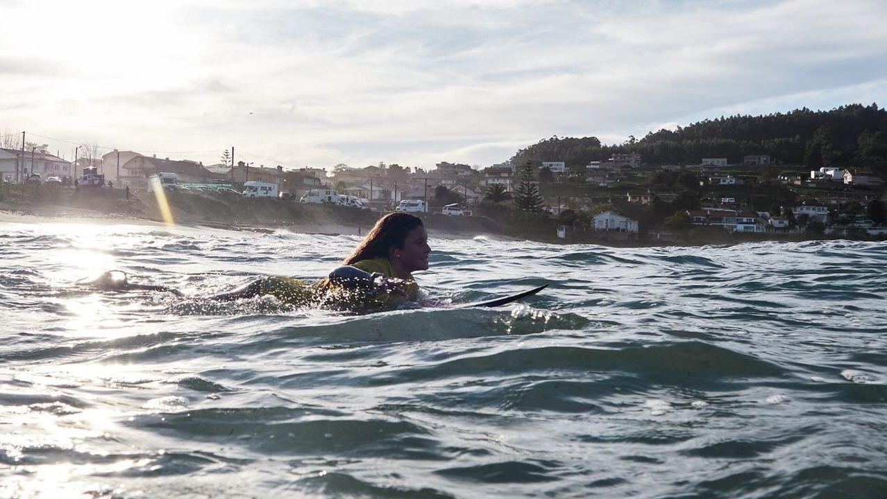 Así viven algunos de los mejores surfistas del mundo el asalto a la ola gigante de O Portiño.El escritor estadounidense Don Winslow. A la derecha, portada de su último libro, la colección de cuentos «Rotos»