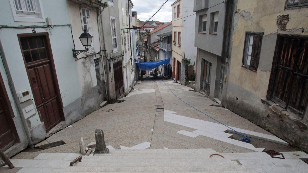 El nuevo pavimento ya está colocado en la parte de la calle próxima a la escalinata de A Régoa