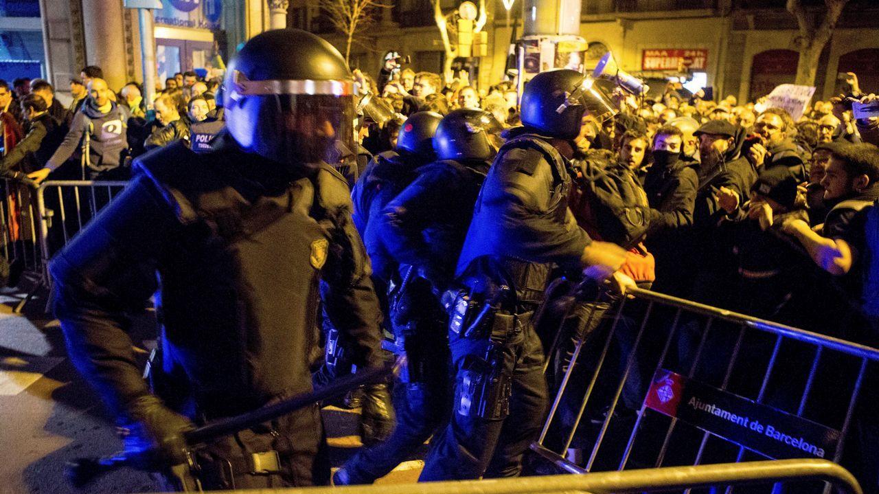 Tensión en las calles de Barcelona por la presencia del rey en el Mobile