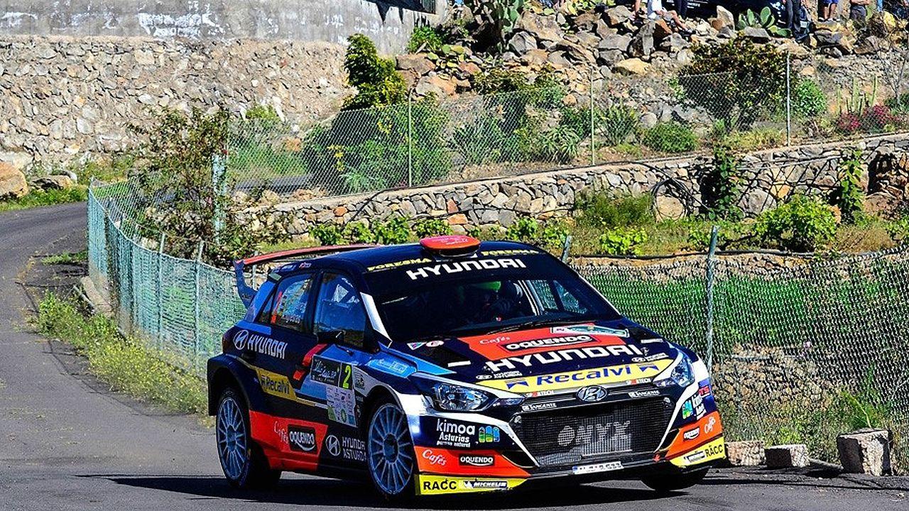 José Antonio Suárez «Cohete», su copiloto Alberto Iglesias con el Hyndai i20, negociando una curva esta tarde en uno de los tramos del Rallye de Tenerife.