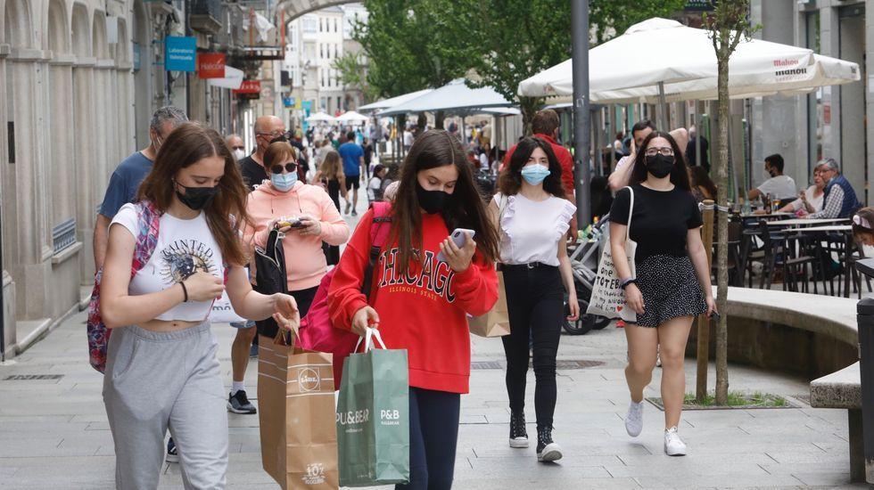 Transeúntes con mascarillas en una de las calles peatonales del centro de Lugo