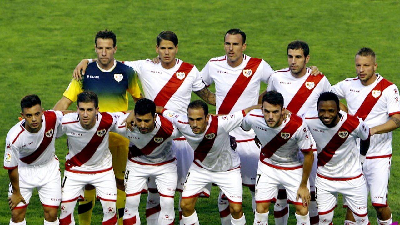 Beltrán y Trashorras en el once del Rayo antes de un partido contra el Valladolid de la temporada 2016/17