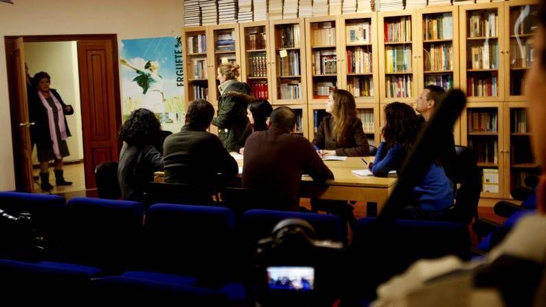 Concentración por el partido judicial en Vigo.El actor y la fundadora de «Érguete» posaron delante de uno de los castaños de la Ruta do Talento de Riós.