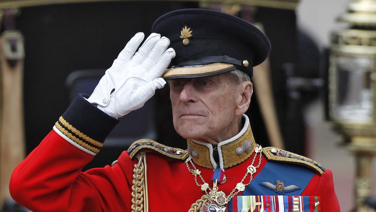 Felipe, duque de Edimburgo, saludando a las tropas mientras repasa el desfile frente al Palacio de Buckingham, el 16 de junio del 2012