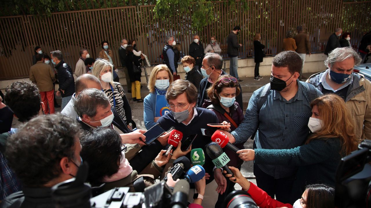 El alcalde de Madrid, José Luis Martínez-Almeida, a las puertas del CEIP José Ortega y Gasset.