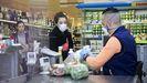 En los supermercados ya era común el uso de protecciones y mascarillas