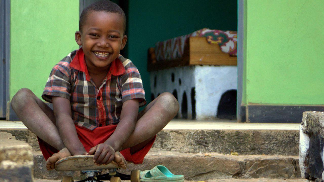Un niño etíope con su monopatín