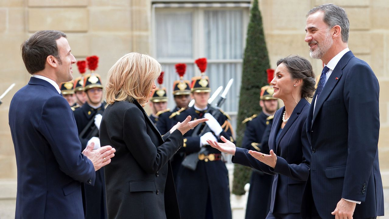 Macron, y su esposa recibieron a los reyes de España en el Elíseo, evitando estrecharse las manos
