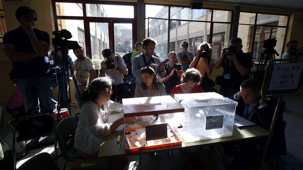 Los medios de comunicación se arremolinan en torno a la urna del colegio Bernadette de Aravaca, Madrid, donde votará el presidente del Gobierno en funciones, Mariano Rajoy