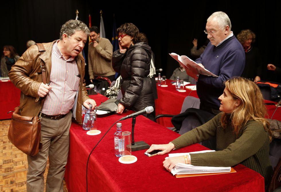César Abal, de pie, en el transcurso del pleno municipal del pasado noviembre.