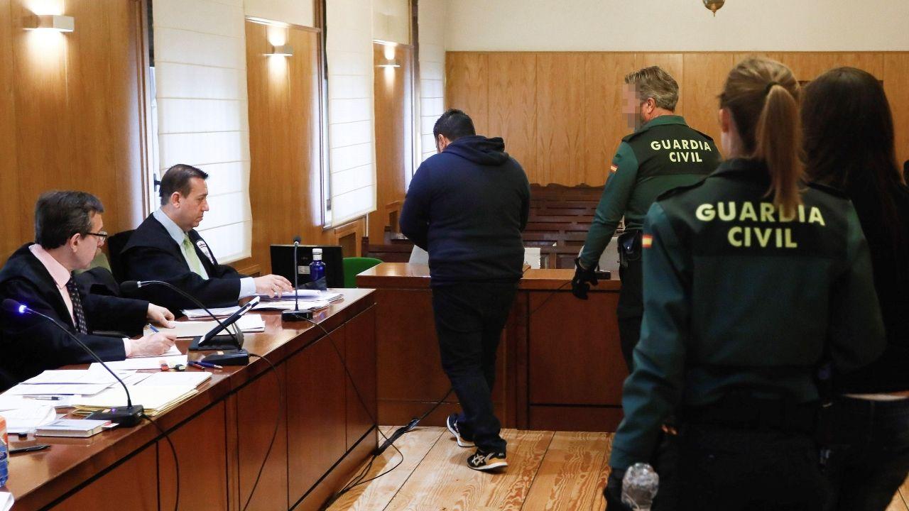 La madre de la menor y su pareja, acusados de la muerte de Sara, entran en la sala donde se juzga el crimen, en Valladolid