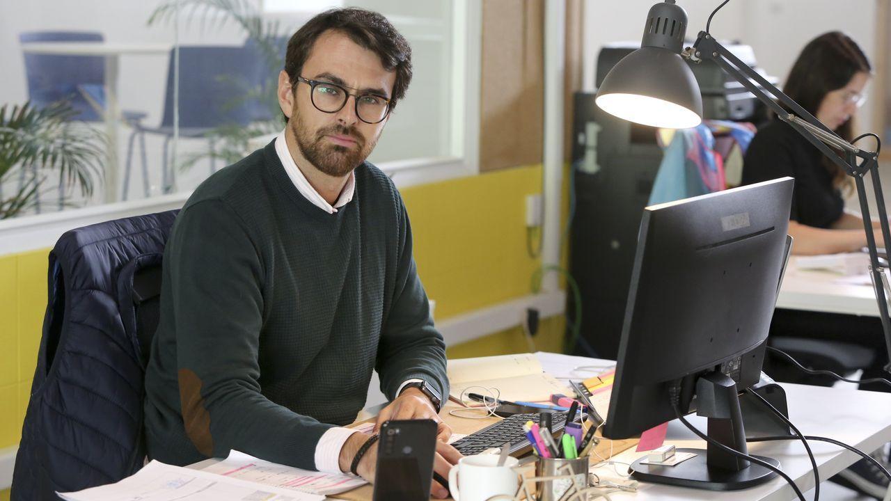 Alberto Hermida cambió su casa por un espacio en el coworking de Narón hace apenas un mes