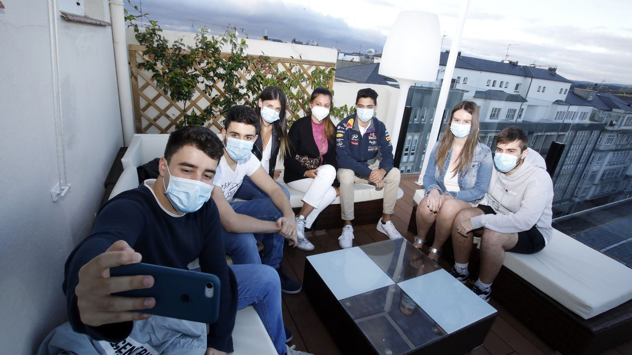 Este grupo de amigos se reúne a diario en la terraza del hotel Méndez Núñez