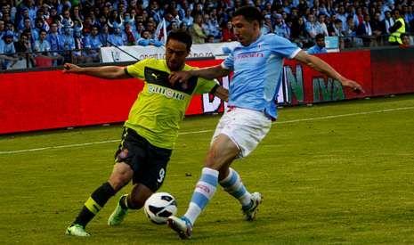 Roberto Lago disputa en una jugada ante el Espanyol, durante el último encuentro de la pasada temporada en Balaídos.