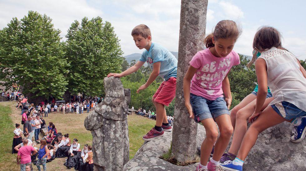 Varios niños se divierten durante la romeria de Santiaguiño do Monte del año pasado