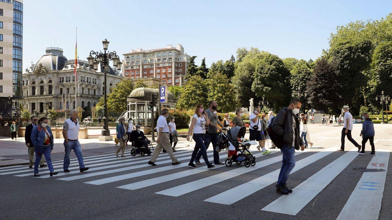 Los establecimientos hosteleros ya pueden utilizar las barras.Aspecto que presenta hoy viernes una calle del centro de Oviedo. Asturias pasará a la fase 3 de la desescalada a partir del próximo lunes,