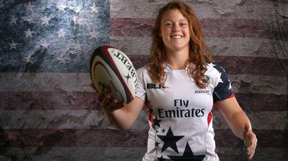 La jugadora de rugby Alev Kelter sonríe durante el posado