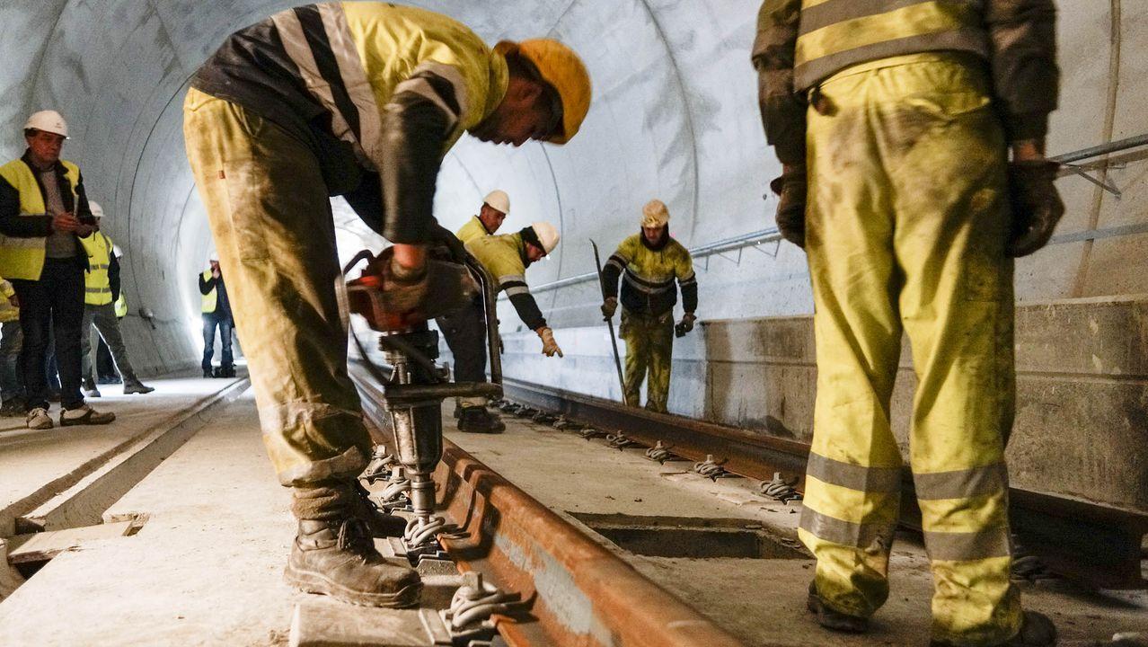 En la imagen, los equipos que tienden el carril sobre la base de hormigón. Cada pieza, procedente de Asturias, tiene una longitud de 108 metros.