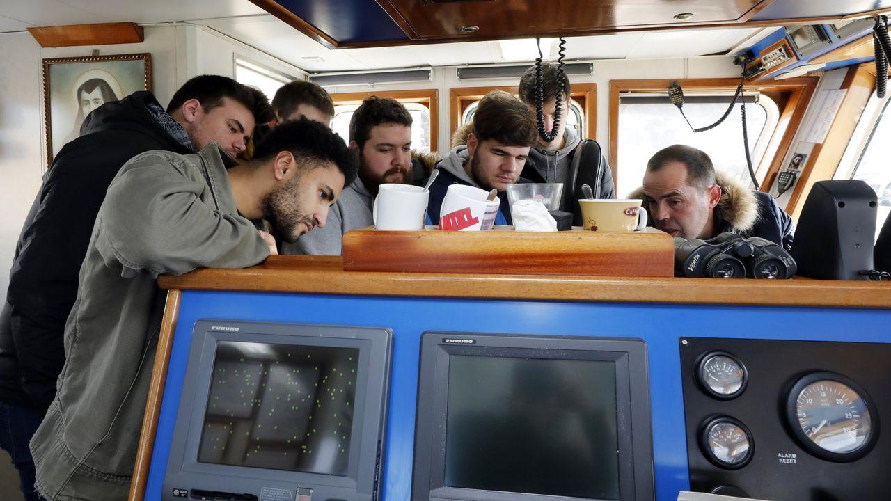 Antonio Foces, en primer plano, con otros compañeros del ciclo de puente, en febrero del 2019, visitando un pesquero en Celeiro